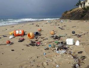 プラゴミがいっぱいの東の浜