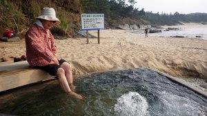 露天温泉で足湯